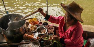thai-women-cooking